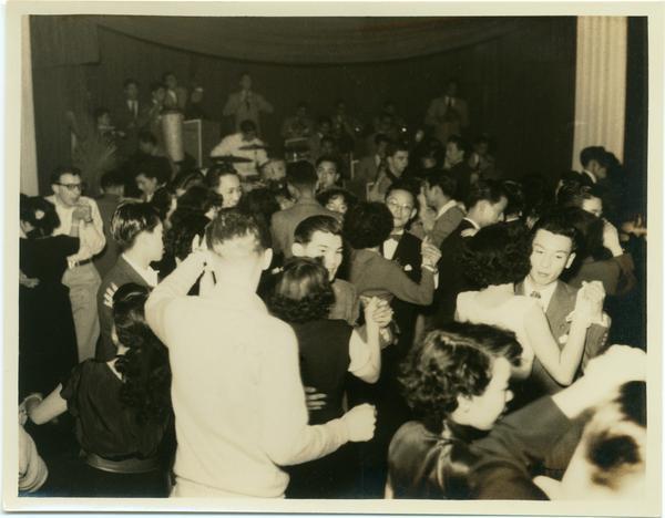 当館がGHQに接収されていた時代、植木等さんやハナ肇さんらキューバンキャッツ(クレイジーキャッツ)が進駐軍たちにバンド演奏を披露していたことをツイートいたしましたが、その写真と思われるのがこちら。 http://t.co/JubHGC3m9g