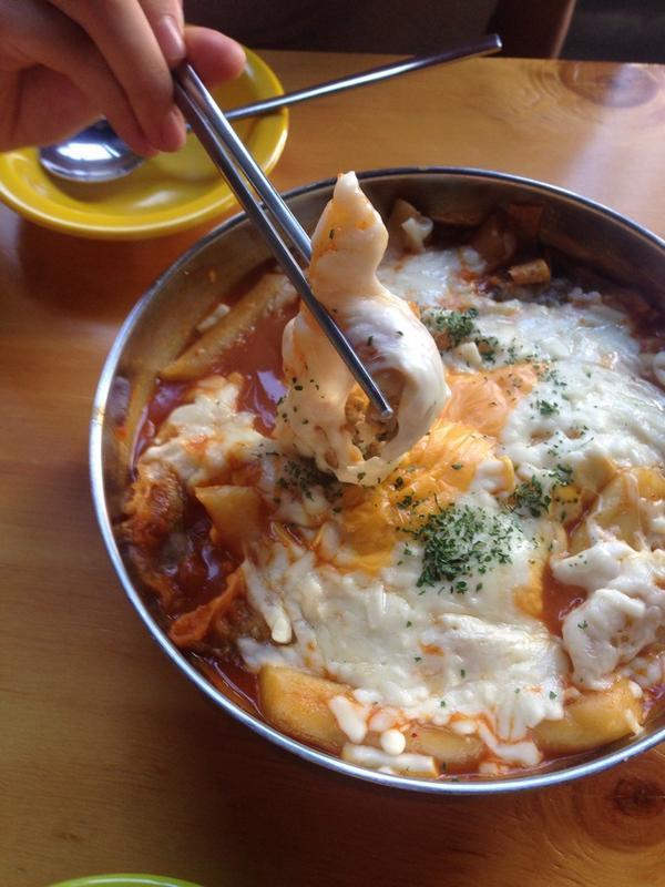 오늘의 행복: 숙대 앞 빨봉분식! 치즈 들어간 빨봉떡볶이. 5500원인데 군만두에 오뎅, 라면에 치즈가 챱챱 푸짐하게 들어간 떡볶이. 대구에서 유명한 분식집인데 서울에 생긴 1호점이 숙대점이래요.