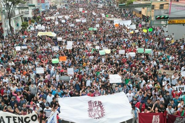 Thousands from Mexico's national science and engineering university take to the streets. #IPN #TodosSomosPolitécnico http://t.co/jaYnTuqjvY