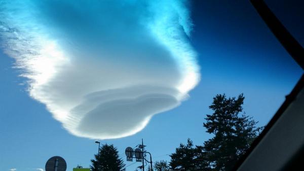 昨日からSEKAI NO OWARIの制作で富士急ハイランドに入ってますが、今朝のこの雲、なにこれ‼?初めて見た。 http://t.co/jHNWI2uGnc
