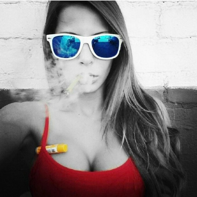 Smokin on the corner, slinging that chapstick #chapstickplease http://t.co/dFfqlOLnmU
