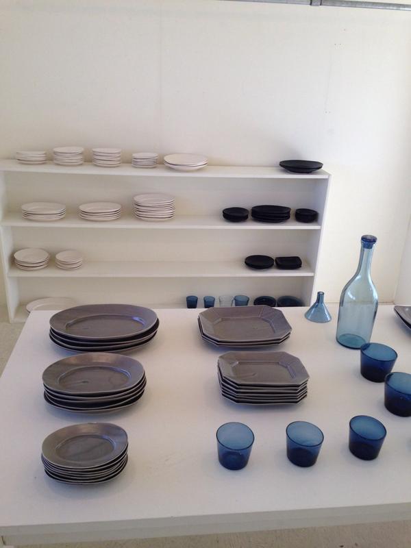 井山三希子展、factory zoomer/shopにて、今日から。辻和美のブルーも一緒に展示していまーす。井山さんに作ってもらったグレーと相性が凄い良いです。 http://t.co/0dyBnYc6IZ
