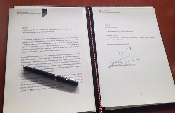 Fotografia del decret de convocatòria de la consulta #9N2014, signat pel #presidentMas al #Palau de la Generalitat http://t.co/cf2R3d1Od4
