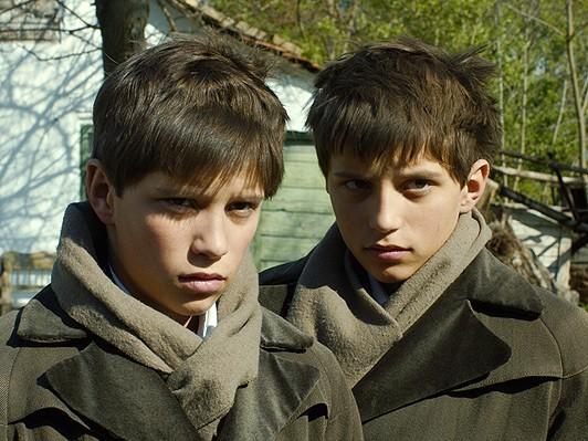 [骰子の眼] 亡命作家ベストセラー映画化、双子の少年が記した戦争『悪童日記』 http://t.co/3NeppY5P2Y via @webdice http://t.co/dqWUXsRXaw