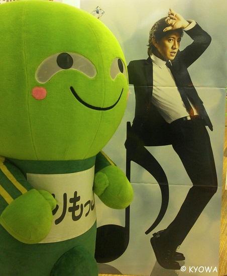 イベント出待ちをしていた時、木村さんの看板が・・・「かっこいいな~」っとマジマジと見ていたら、うちの社長にその姿を撮られてた!! http://t.co/Fgc500gM8n