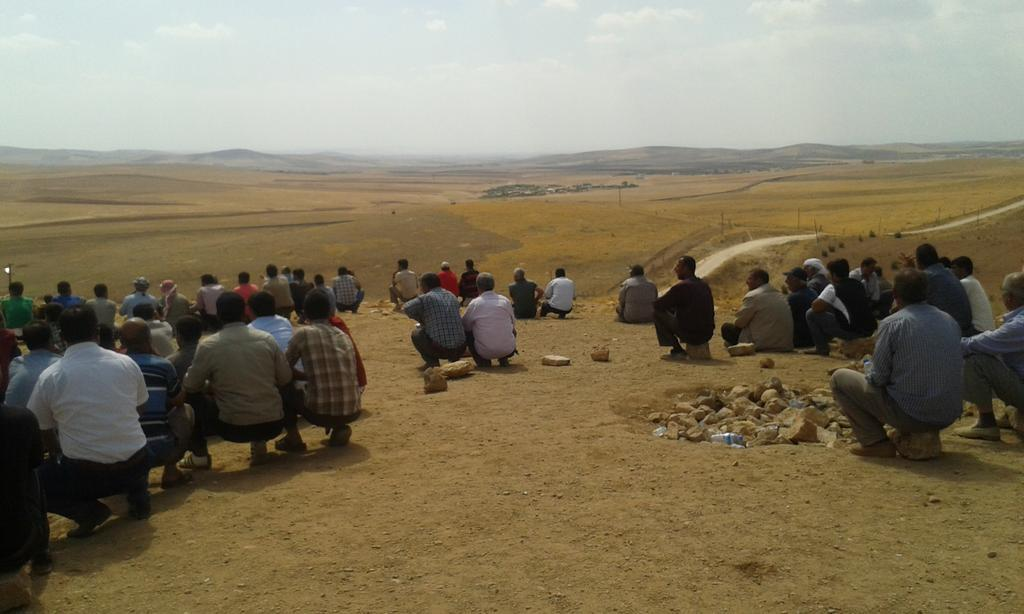 Spectators at the ISIS-YPG battle just across border in Syria (left of the road). http://t.co/WcQUJi4IC4