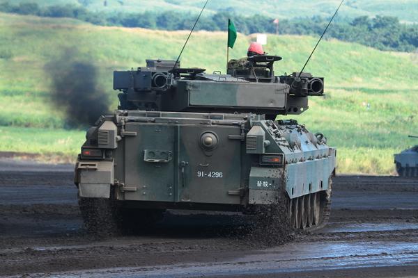 御嶽山噴火での自衛隊の災害派遣で「なぜ戦車なの?」と疑問に思っている方へ。これは戦車ではなく、89式戦闘装甲車。この車両は(戦車と違って)後部に観音開きのようなハッチがあって、怪我人や遺体を収容しやすいため、災害地へ派遣されたのです。 http://t.co/ZkFp6gPBPO