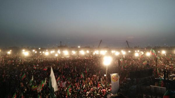 My view right now. What are news channels saying about this #Lahore4PTI jalsa? Just 3000 people hanging out? =P http://t.co/EaLUC48aNo