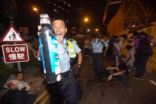 Another insane pic of #HongKong police going crazy with pepper spray. #OccupyCentral via @AP http://t.co/0iY4D72WaU