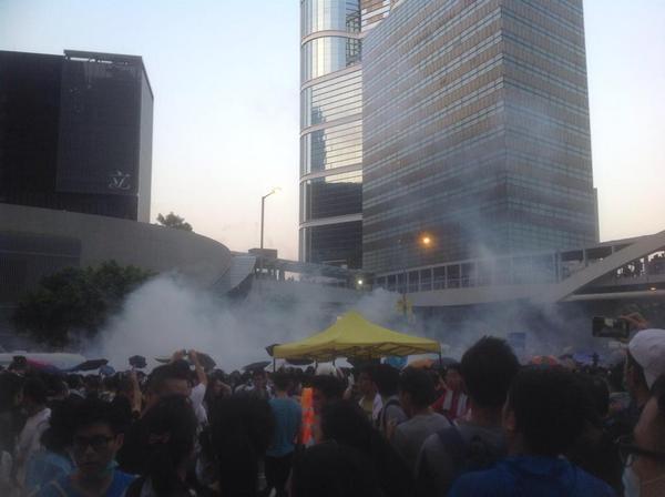 網友倫爺拍攝到警方施放催淚彈的場面。 http://t.co/cnum5oPp8J