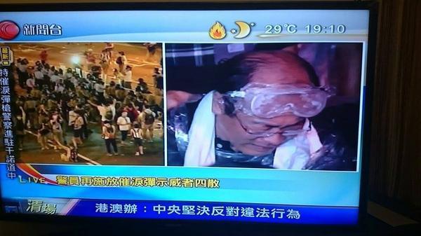 現場情況,馮檢基議員中彈。  來源:有線電視新聞畫面  via http://t.co/5tmsA5n8P2 http://t.co/yus4jkvAHr