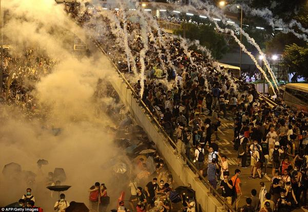 有关一张真正选票的决战。RT @MailOnline  Hong Kong police use tear gas to clear thousands of http://t.co/EWfRPHQyPJ  http://t.co/PHvdklrBGO