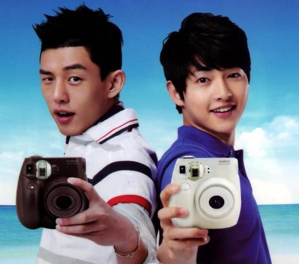 Song Joong Ki Day 389: Song Joong Ki & Yoo Ah In showing sunshine dispositions & bright smiles :) http://t.co/KK45fLSUb7