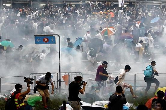 【香港警方施放催泪瓦斯驱散抗议者】- 周日,香港警方动用胡椒喷雾和催泪瓦斯,试图驱散几处进行民主示威活动的人群,这是近10年来警方对抗议者做出的最激烈回应。 http://t.co/vSjCEBih5D http://t.co/TXntfng27C