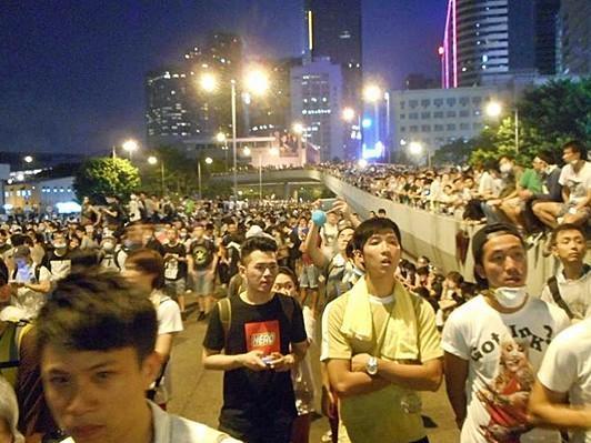 """すごい内容!""""@asaitakashi: 香港のデモがなぜ起きて、今どうなっているのかがわかる、香港現地よりリム・カーワイ監督のレポート! 「中共が武力鎮圧しない限り香港は必ず勝利する!」http://t.co/Jljn7UFhNm http://t.co/aRtrdpn6tH"""""""