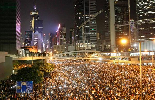 The mobile-phone generation takes to the streets.  Great pic from @SCMP_News http://t.co/i3KVebUWds