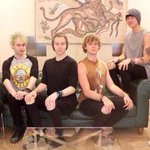 Look at @Luke5SOS and @Ashton5SOSs posture https://t.co/zwTckZJZ0f