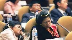 Ibu DPR ini boleh juga yes, mau tidur di  sidang aja dandanannya maksimal!! Kayak penganten http://t.co/BlBpcyDsMO