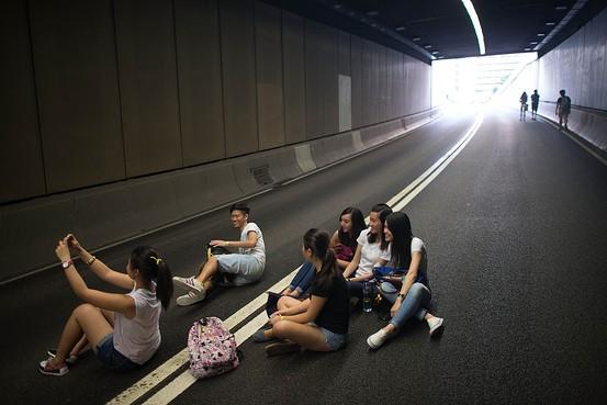 """【中国反对外国势力支持""""占中""""运动】- 中国外交部发言人华春莹表示,中国反对任何外来势力支持香港的""""占领中环""""运动,称香港是中国的香港,香港事务纯属中国内政。http://t.co/gsaJZVJNLt (Getty) http://t.co/FUxRw5R0sd"""
