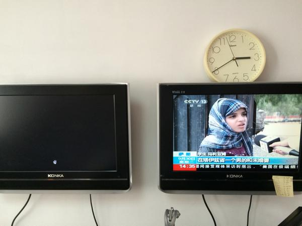 Blacked out in #China- Left TV: CNN's #HongKong #OccupyCentral protest coverage. Right TV: #CCTV news channel. http://t.co/7xPSLCQ1Go