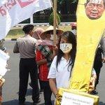 """RT @kompascom: Trofi dan Keranda Jadi Tanda """"Bapak Anti Demokrasi"""" untuk SBY http://t.co/WXQRi1qFSk http://t.co/Lpkwgxn3yC"""