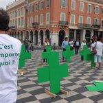 Les pharmaciens en colère déposent symboliquement des croix vertes sur la place Masséna http://t.co/9XATY9oV42 http://t.co/FI8bC6Zwcp
