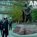 Washington DC : PM Narendra Modi to pay floral tribute at Mahatma Gandhis statue shortly #PMinDC http://t.co/gaFuFhfify