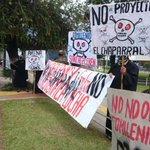 Veteranos del FMLN protestan por la firma de Fomilenio II en cercanías del CIFCO. FOTO (J. Reyes) http://t.co/xE1nJH4LeY