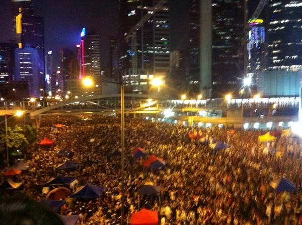 本以為過了一天,又下了場大雨,人數會大大減少,結果卻仍看到這片黑壓壓的人海。這刻才真正感動得想哭。香港人,是我小看了你們了  #UmbrellaMovement #傘花革命 http://t.co/gKkBVLYNME
