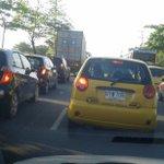 Largas filas y congestión vehícular por falta de reguladores de tránsito en entrada Manuela Beltran @EmisorAtlantico http://t.co/UFjC2FhJbx