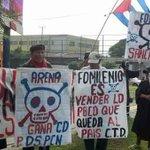 Excombatientes se manifiestan en contra del Fomilenio II en las afueras del CIFCO. Foto M. Jaco http://t.co/GcB4VGvNJ7