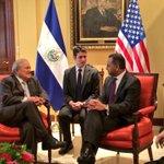 En reunión con Kamran Kahn, Vicepresidente #MCC. En minutos firma #FomilenioII @presidencia_sv http://t.co/j4OilOL78s