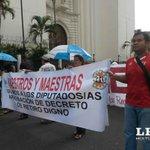 Docentes marchan hacia @AsambleaSV piden mejora salarial en presupuesto 2015. Foto A. Gómez http://t.co/CTPkKoNBU9