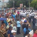 Marcha de maestros hacia @AsambleaSV . Foto @FidelTolozaTCS (En desarrollo) http://t.co/NhzDdCOGLJ