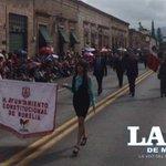 Los primeros contingentes comienzan a desfilar por la avenida Madero de la capital michoacana #FiestasMorelianas http://t.co/FkDYfyUfPf