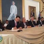 Firma del convenio #FomilenioII. Presidente @sanchezceren participa como testigo de honor. Foto @presidencia_sv http://t.co/ZfVzkddtJm