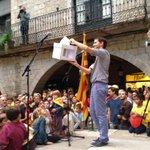 Un espontani fa arribar una urna. Que aquest sigui el símbol dun poble unit. Amén. http://t.co/22AzXHwMys