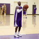 RT @Lakers: The moment youve all been waiting for, #24 is back on the floor. #GoLakers http://t.co/Z1inPaH3n1