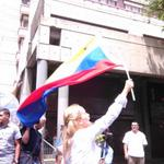 RT @laverdadweb: Lilian Tintori pide por la libertad de Leopoldo López a las afueras del Palacio de Justicia http://t.co/k7mRuWQpEf http://t.co/tyZjVMMMyn