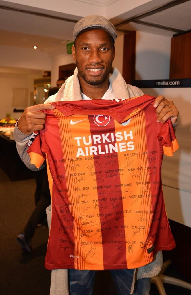 FOTO | Florya Metin Oktay Tesisleri'ndeki çalışanlarımız Didier Drogba'ya imzaladıkları formayı hediye etti. http://t.co/FaTFncdu21