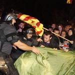 Fotografia   Actuació dels mossos davant de lacampada pacífica a la Delegació del Govern espanyol #Acampada9N http://t.co/Syk6sotiSL