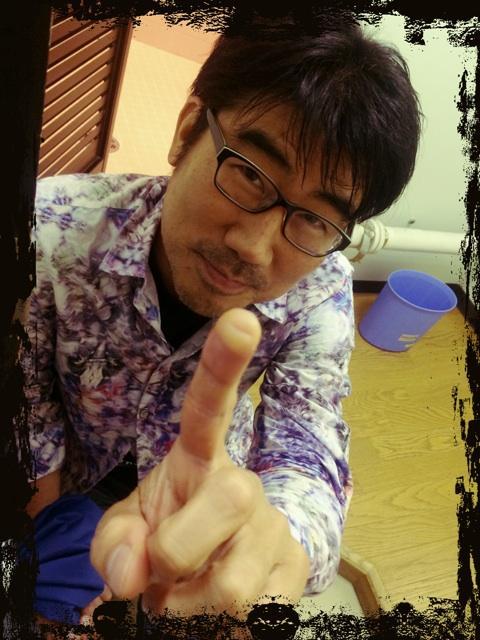 Do As Infinity 15周年ライブ終わりの亀田さん。アイシングしてるとこを激写!左指、、、ヤバイことになってる(^^;; お疲れ様でしたm(._.)m http://t.co/7PEc9mUl4s