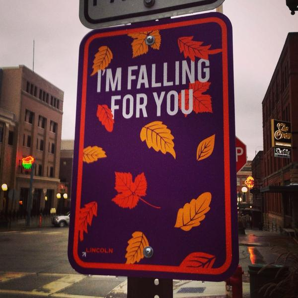 It's fall & the fun signs are back in the #Haymarket. #I❤️MyCity #LNK @lincolnnebraskausa @downtownlincoln http://t.co/kUUmc3mXcX