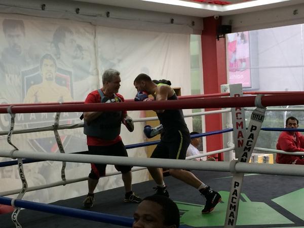 Je m'entraîne très fort avec @FreddieRoach  à GenSan #boxing  http://t.co/s6UMqQHX8Z