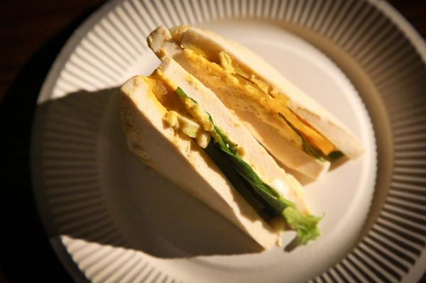東京喰種「まずいサンドイッチ」のレシピです。パン部分→焼き目をつけた高野豆腐で「スポンジ感」チーズ→片栗粉を固めたもの+