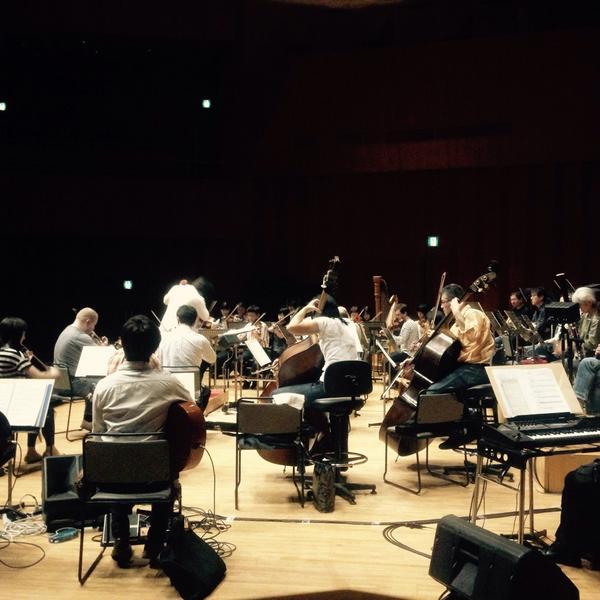 「オーケストラが奏でるhttp://t.co/wAwr42hzCXの世界」。TARI TARI、グラスリップ、true tears、花咲くいろはの楽曲のリハーサルが編曲者のチェックを交え進んでいます。本番はいよいよ明日14時! http://t.co/XEjMrEl0QN