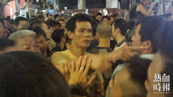 哈哈哈哈哈!!!RT @Passiontimes: 【反佔領人士暴力衝擊現場】 反佔領人士不滿外語媒體影相,外藉記者以純正廣東話回敬:「新聞自由呀仆街!」 (7:35 PM) #OccupyHK #UmbrellaRevolution http://t.co/uvW4TntTW8