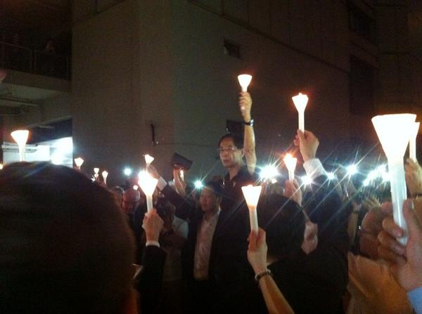 """法律界舉行燭光集會,反佔中人士帶了超勁大聲公來叫囂,播國歌,喊律師們作漢奸走狗,就是要吵得你發不了聲,無法集會。律師們在粗口圍繞下,圍在一起,高舉手上的燭光,不停齊喊""""freedom of speech!"""" 這一刻,我哭了 #傘花革命 http://t.co/0eRHyAEq3A"""