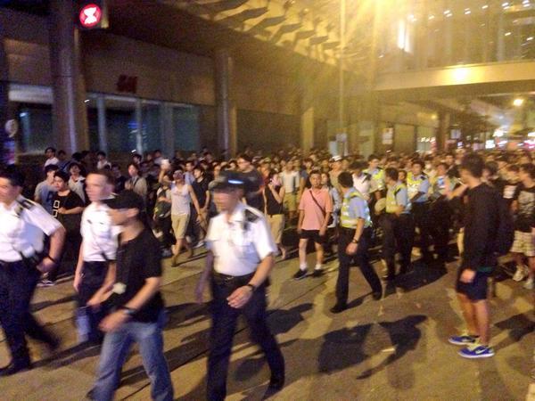 上海街,民眾跟隨一隊警察,責罵其「不作為」、「放生暴徒」、「為黑社會服務」。市民反映早前警察「將打人、搗亂的暴徒護送離場並送上的士」。 http://t.co/Y5vv3XAog2