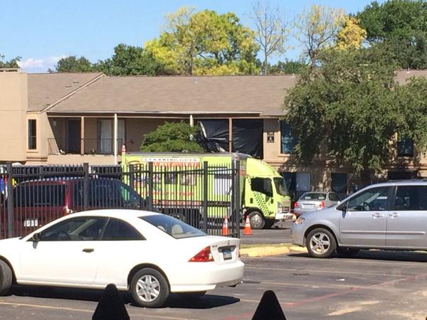 Now HAZMAT teams put black plastic up outside entry to Dallas apartment where #ebola patient stayed http://t.co/vNLtvF4vDp